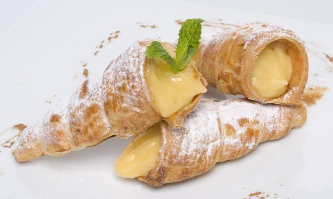 Canutillos de hojaldre rellenos de crema.